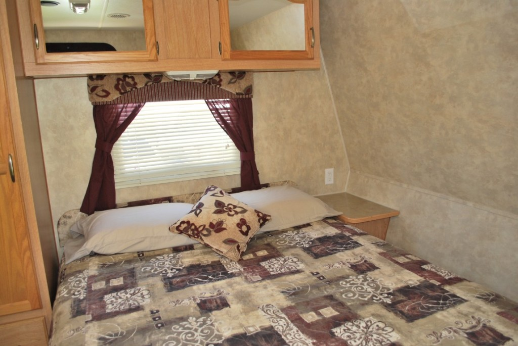 26' Fleetwood Pioneer Kuna Idaho Travel Trailer Rental Interior 9