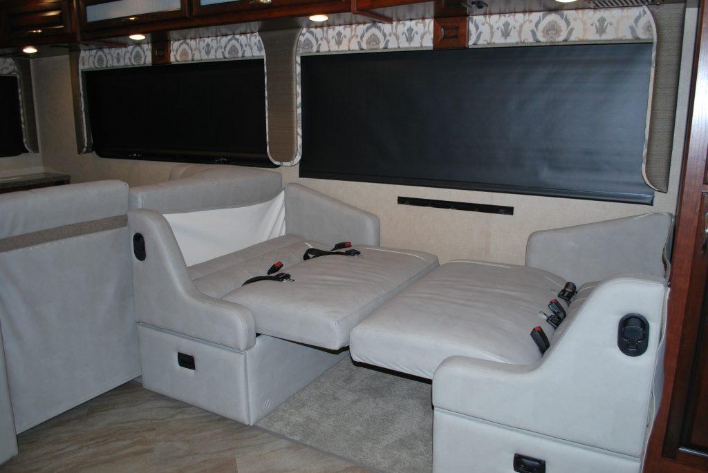 35-Fleetwood-Bounder-35K-Luxury-RV-Rental-Int-019