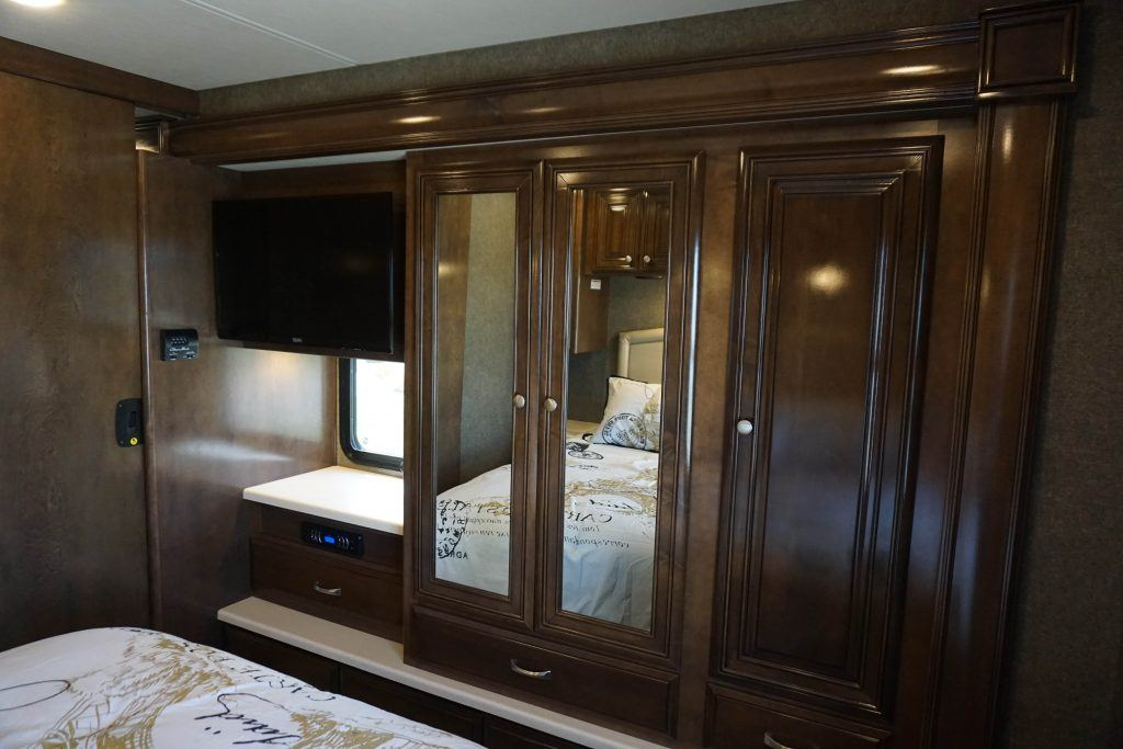 35-Thor-Miramar-Luxury-Class-A-RV-Rental-Int--18