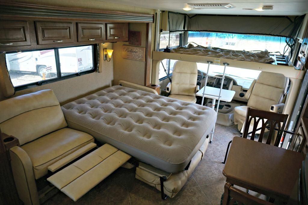 38-Thor-Challenger-Luxury-RV-Rental-Int-014