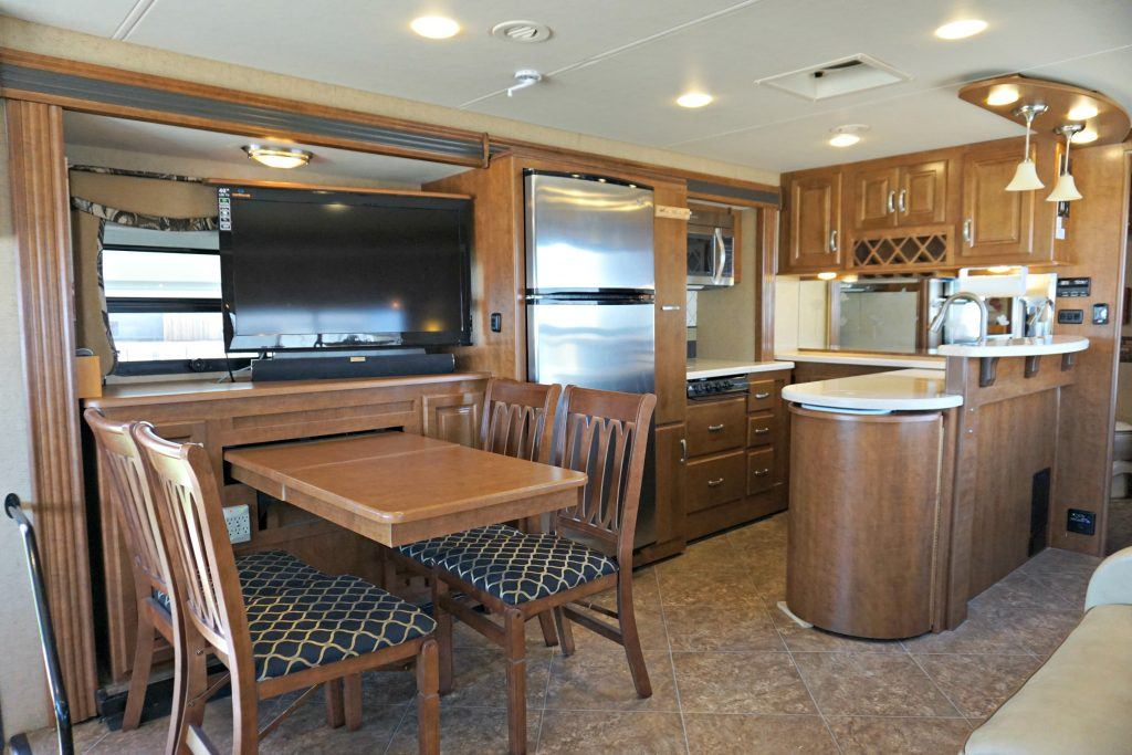 38-Thor-Challenger-Luxury-RV-Rental-Int-02