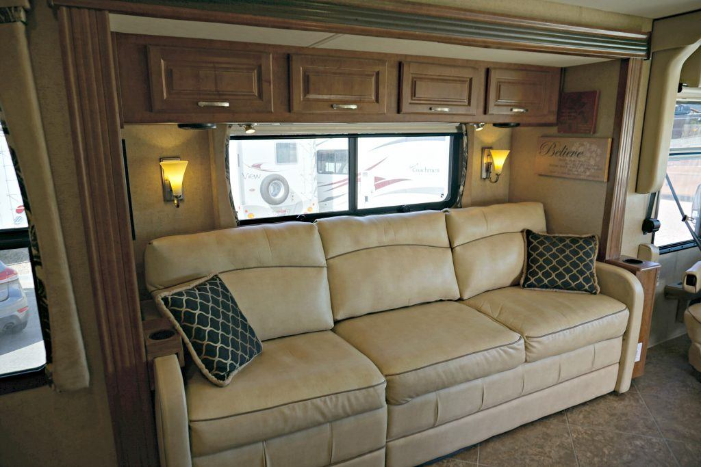 38-Thor-Challenger-Luxury-RV-Rental-Int-05